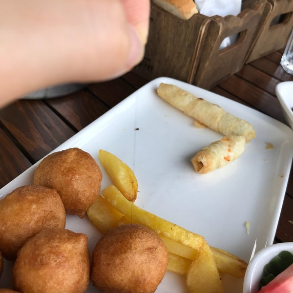 İlk tercihlerimizden olan Maja'da pişinin hamuruna karışan kıl, gelmeyen menemen, diğer masaların ekmek sepetinde olan fakat bize getirilmeyen simit ile puan eksilerde..