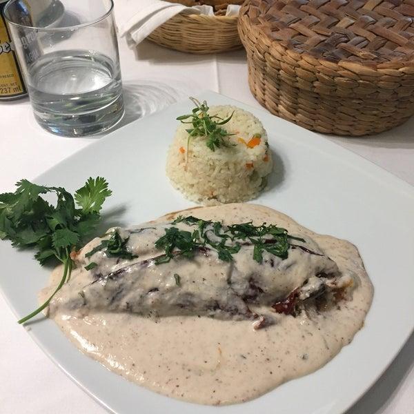 El chile relleno de pavo es una excelente elección y el aguachile de camarón esta super bien preparado en cocción y picor, ademas es mucho mas tranquilo que otras opciones en el Centro