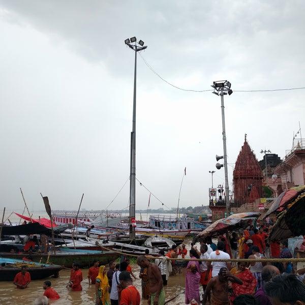 Uno de los Ghat más concurridos. Si queréis ver la ceremonia, recomiendo ir a Assi Ghat. Se vé mucho mejor y hay menos alboroto. La experiencia ha sido en época de monzoon (el río estaba muy alto).