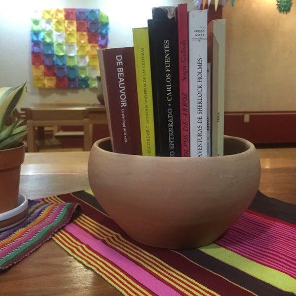 Busca los libros en maceta en las mesas. Puedes leerlos mientras disfrutas de un buen café y un pastel vegano.