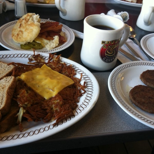 Photo taken at Waffle House by Sean H. on 11/9/2014