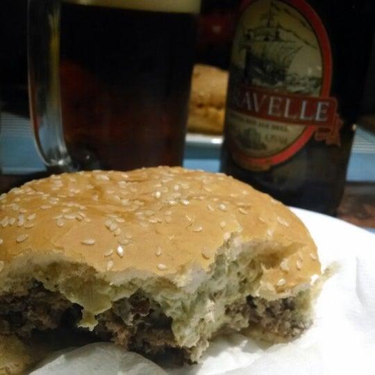 Foto tirada no(a) V8 Burger & Beer por Felipe C. em 2/16/2014