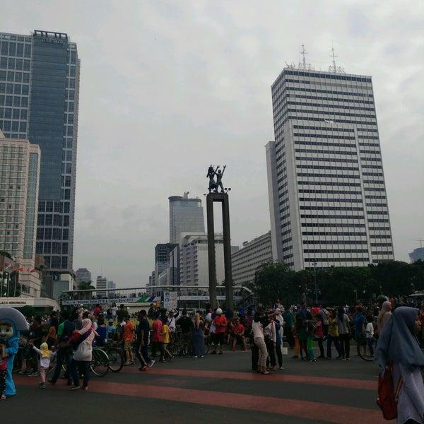 Photo taken at Bundaran Hotel Indonesia (Monumen Selamat Datang) by Nana on 1/22/2017