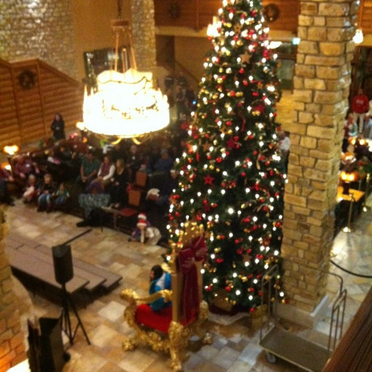 Photo taken at Edelweiss Lodge and Resort by Omar P. on 12/15/2012
