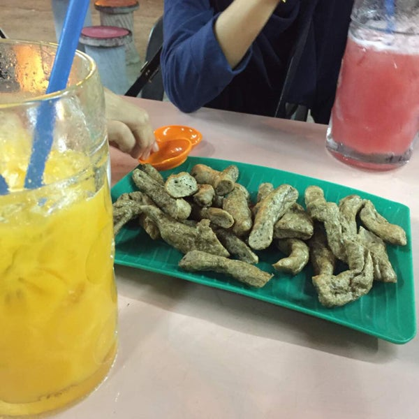 Photo taken at Air Buah Gelas Besar Terengganu by farahin l. on 7/28/2017
