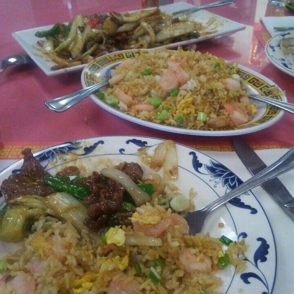 Photo taken at Chifa Du Kang Chinese Peruvian Restaurant by Diana R. on 7/24/2016
