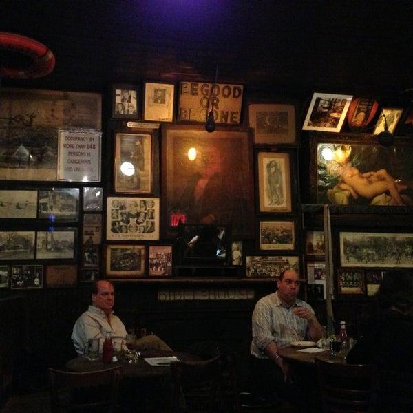 Photo prise au McSorley's Old Ale House par Isin Gizem C. le2/12/2013