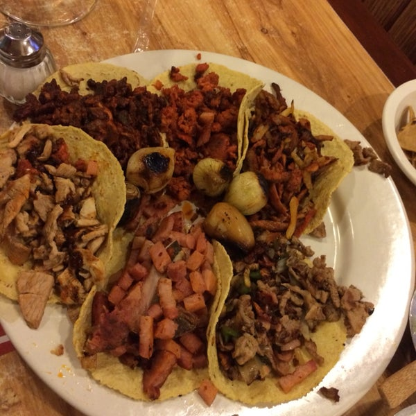 Buen servicio, calidad y precio. Pidan el plato de tacos, viene variado.