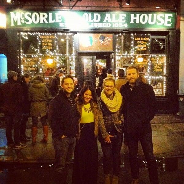 Photo prise au McSorley's Old Ale House par Sloane B. le12/8/2012