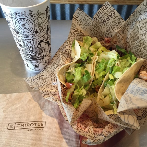 Photo taken at Chipotle Mexican Grill by H H. on 7/11/2015