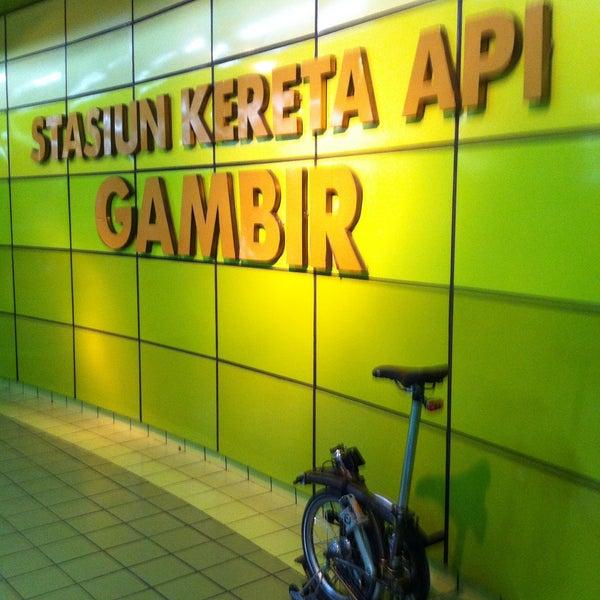 Stasiun kereta antar kota utama di jakarta selain jatinegara & pasar senen; khusus utk kelas eksekutif & bisnis, stasiun 2lt yg didominasi warna hijau ini sekarang makin tertib & nyaman #TravelingJKT