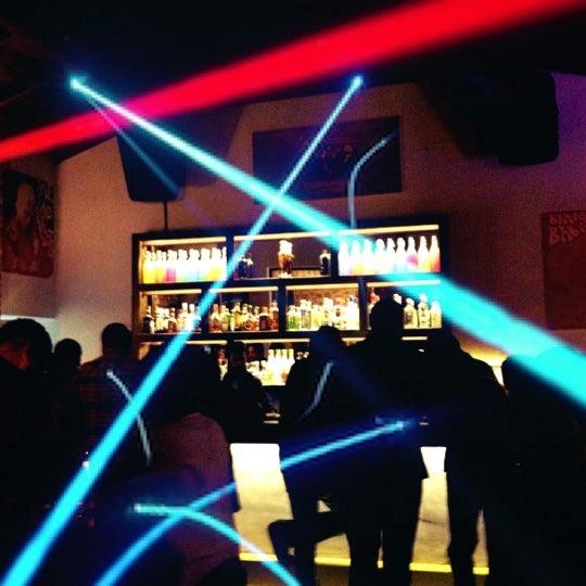 11/17/2012 tarihinde Batuhan K.ziyaretçi tarafından Up Shot Bar'de çekilen fotoğraf