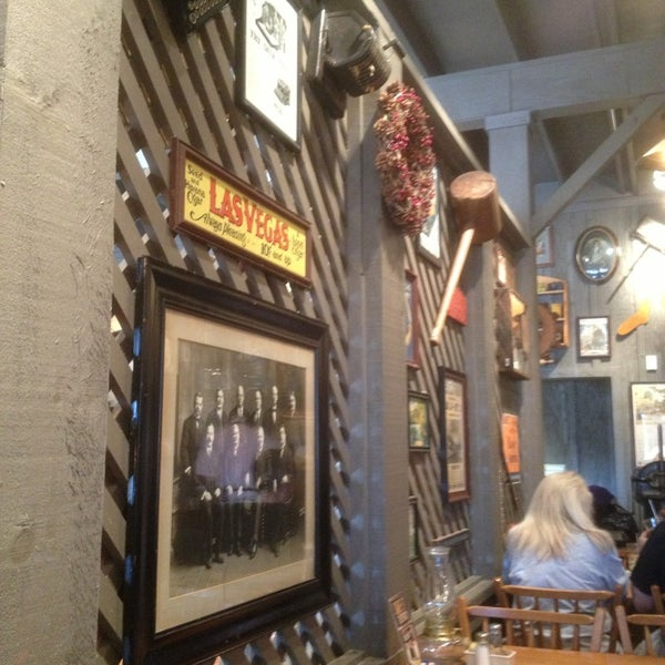 Photo taken at Cracker Barrel Old Country Store by Mariane M. on 12/29/2012