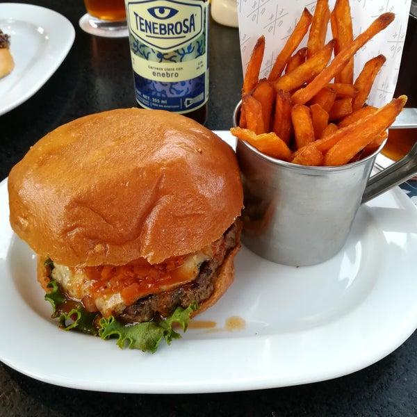 Foto tomada en Duke's Burgers & Beer por Paulina D. el 4/29/2018