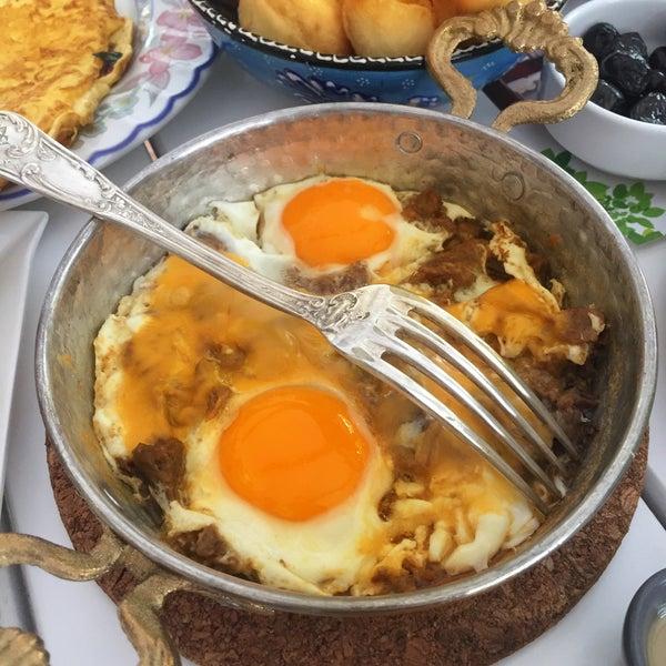 Cheddarli, kavurmalı yumurtası, pişisi, organik reçelleri efsane...
