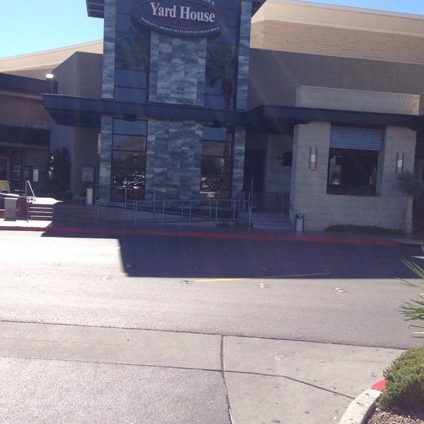 Foto tirada no(a) Yard House por Chuck N. em 9/23/2013