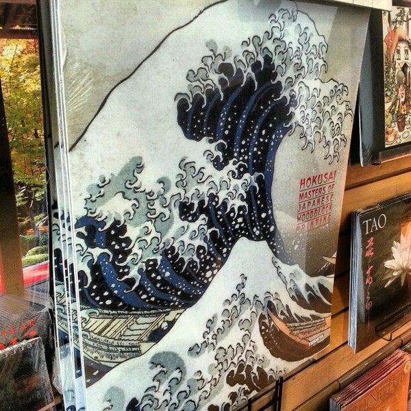 รูปภาพถ่ายที่ Kinokuniya Bookstore โดย Daniel M. P. เมื่อ 12/2/2012
