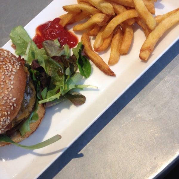 Le Cheese Burger est fantastique ! Les frites délicieuses ;) ! On adore vraiment ! Topitop !
