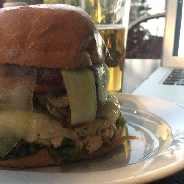 Foto tomada en Duke's Burgers & Beer por krmn g. el 4/20/2017