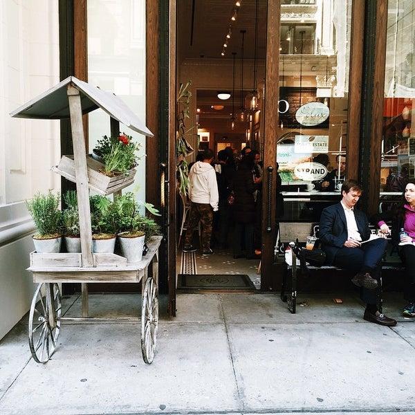 Foto scattata a Toby's Estate Coffee da Melissa S. il 4/13/2015