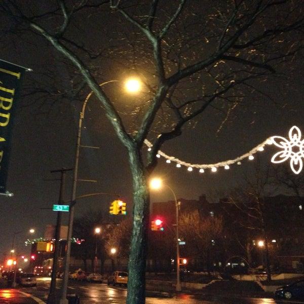Foto tomada en Queens Library at Sunnyside por STEVE M. el 12/18/2012