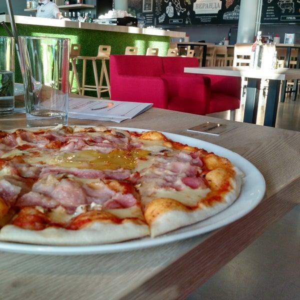 Современное кафе с итальянской наклонностью меню. Салаты, паста, пицца. Пицца очень неплохая, чуть меньше начинки и выше бортик, можно было бы назвать лучшей в городе.