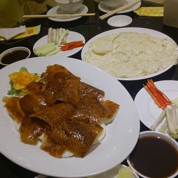 Photo taken at Hoằng Long Restaurant by Tien N. on 9/3/2013