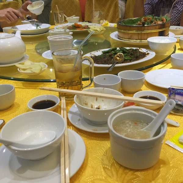 Photo taken at Hoằng Long Restaurant by Chau D. on 2/10/2016
