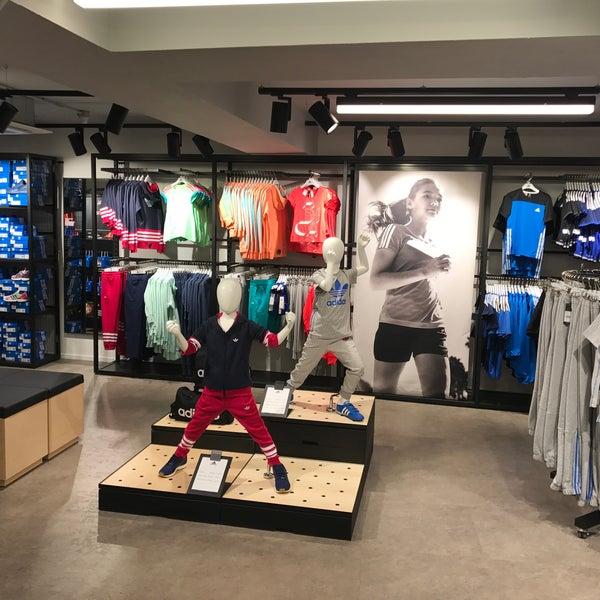 Стоковые магазины adidas
