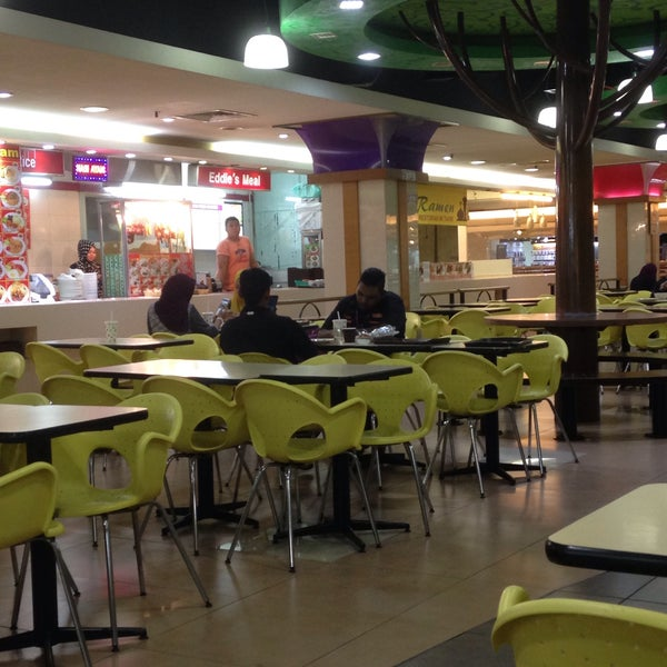 Photo taken at Oasis Food Court by Shafeeq A. on 8/2/2016