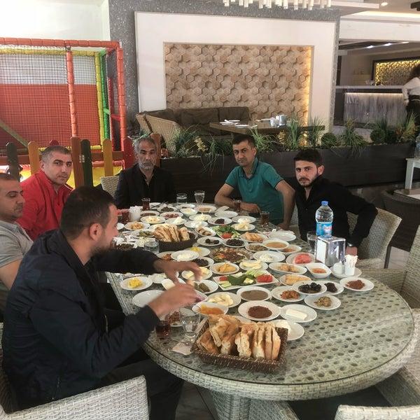 4/28/2018 tarihinde TÜRKÜ DİYARI -MEHMET SALİH ESENLİ M.ziyaretçi tarafından Kasr-ı Van Kahvaltı ve Kahve Evi'de çekilen fotoğraf