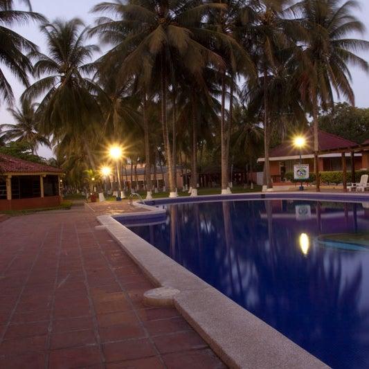 Ofrece a todo turista comodidades que harán de su estancia un momento de descanso completo. Éste cuenta con área de playa y también en la privilegiada zona del Estero de Jaltepeque.