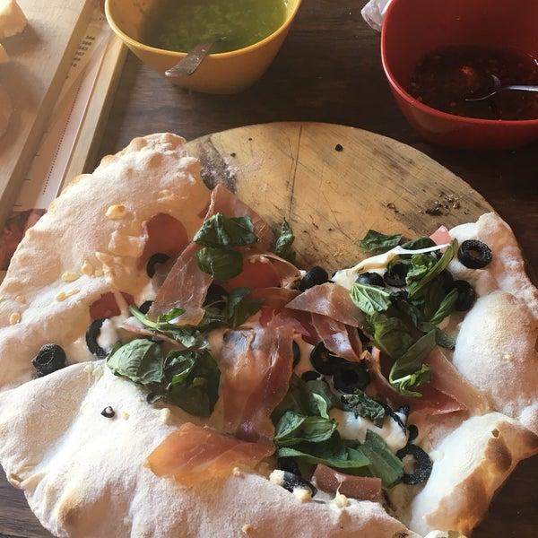 El servicio está bien , un poco amontonado, pedí dos cosas la ensalada muy buena y la pizza le faltaba cocción . 😐