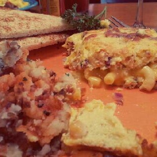Снимок сделан в Annie's Cafe & Bar пользователем Alisha W. 4/13/2013