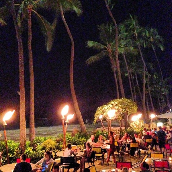 Photo taken at Duke's Waikiki by Daryl W. on 10/26/2012