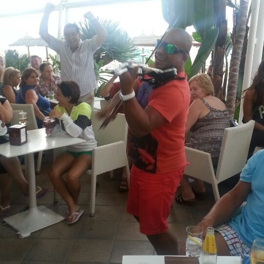 Gezellige strandtent met heerlijk eten en vaak met een dj of live optreden. Witte sangria is the bom!!