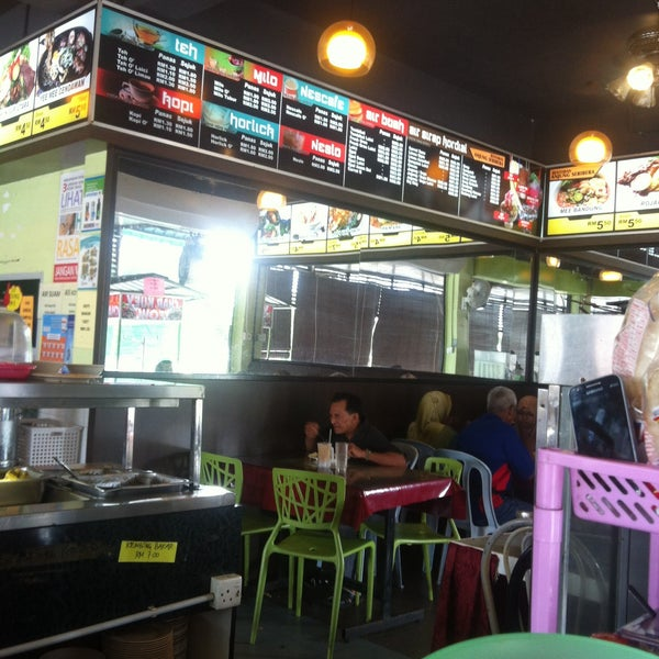 Photo taken at Restoran Anjung Seri by Mohd Shafiq Z. on 11/4/2015