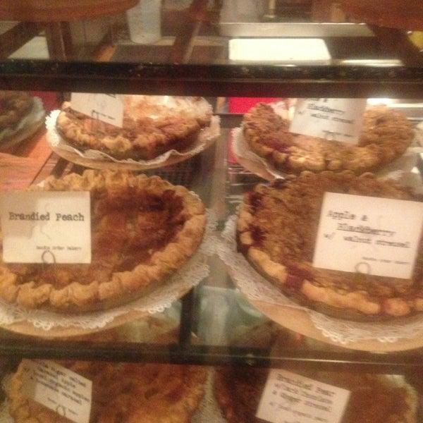 12/24/2012 tarihinde Francene G.ziyaretçi tarafından Random Order Pie Bar'de çekilen fotoğraf