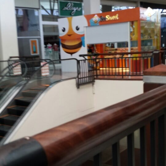 Photo taken at Food Court Terramall by diana maria v. on 1/13/2014