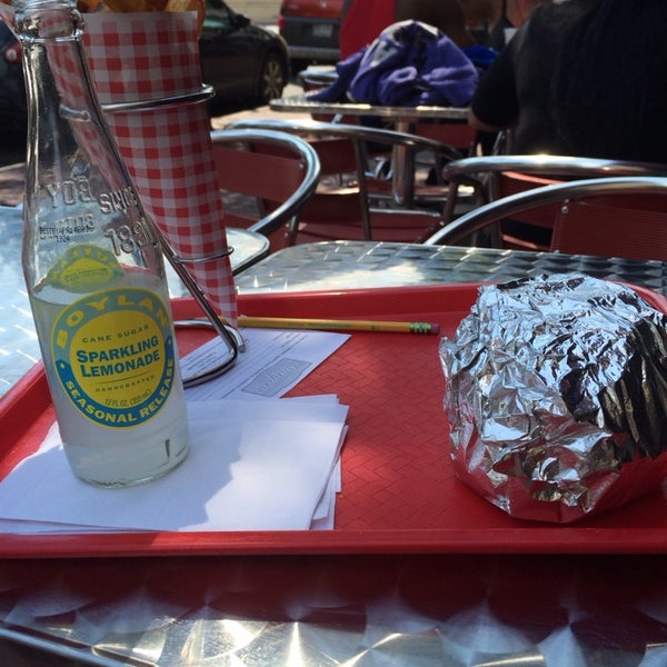 Foto tomada en F. Ottomanelli Burgers and Belgian Fries por Anne el 6/25/2014