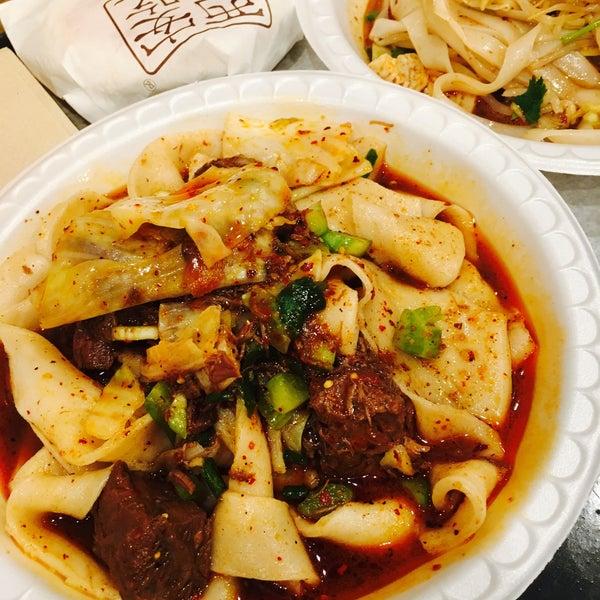 Foto tirada no(a) Xi'an Famous Foods por Leslie C. em 8/17/2017
