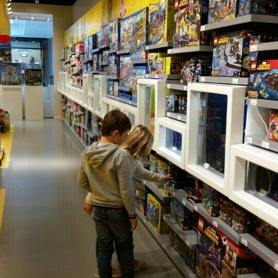 Photo taken at LEGO Store by ZwangereMan on 3/31/2016