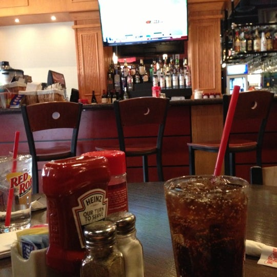 Photo taken at Red Robin Gourmet Burgers by Ian H. on 11/24/2012
