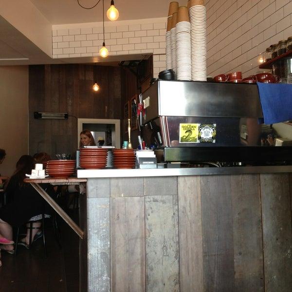 รูปภาพถ่ายที่ Anonymous Café โดย Nic C. เมื่อ 3/16/2013