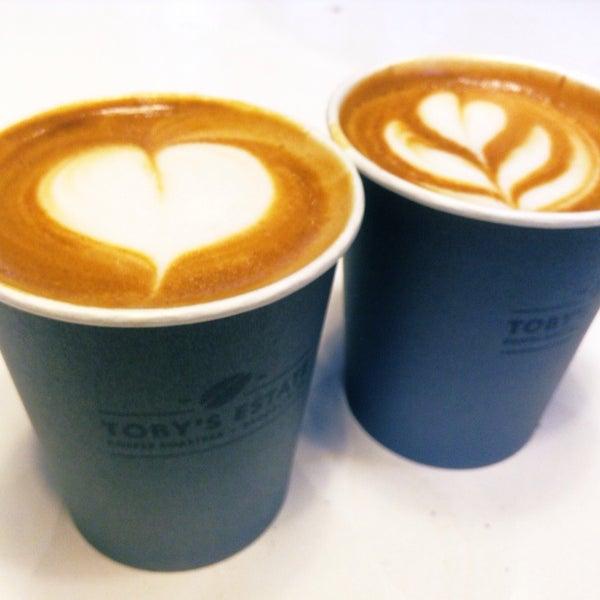 Foto scattata a Toby's Estate Coffee da Globetrottergirls D. il 10/27/2014