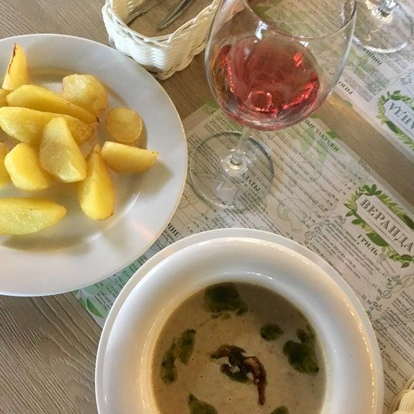 Вкусный грибной суп, но ризотто не очень. Кухня приемлемая, но не изысканная. В ресторане весьма просторно и что радует есть детская комната.