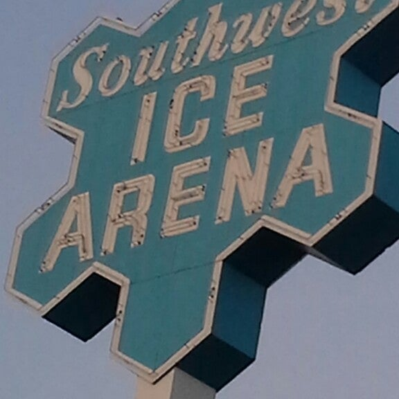 รูปภาพถ่ายที่ Southwest Ice Arena โดย Cris J. เมื่อ 4/6/2014
