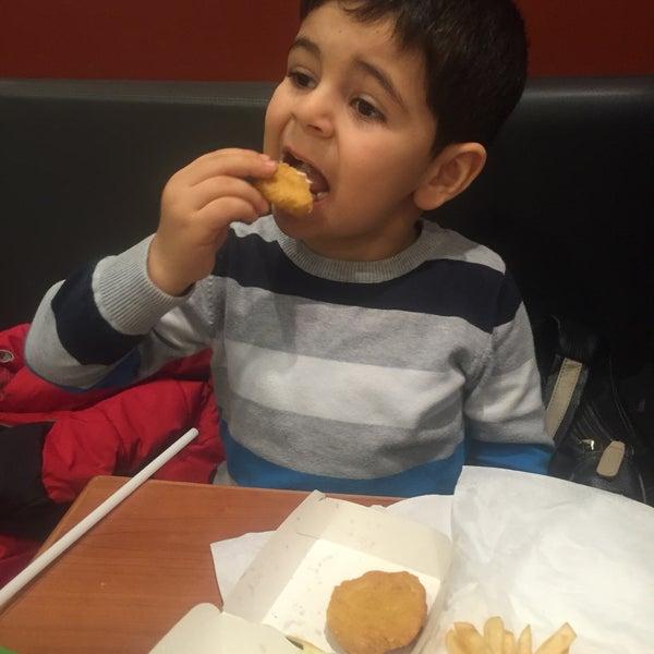 Снимок сделан в McDonald's пользователем Fırat I. 12/13/2015