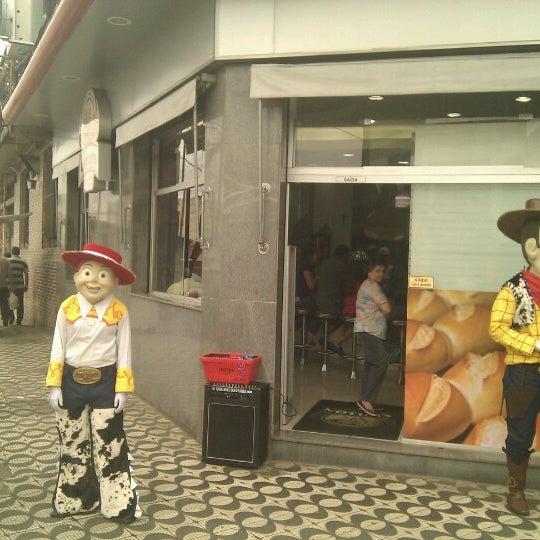 Foto tirada no(a) Padaria Crillon por Rafael P. em 10/12/2012
