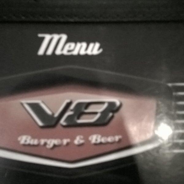 Foto tirada no(a) V8 Burger & Beer por Eduardo X. em 7/30/2015